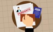 """Un pasaporte, junto con un formulario marcado con un sello que dice """"pendiente""""."""