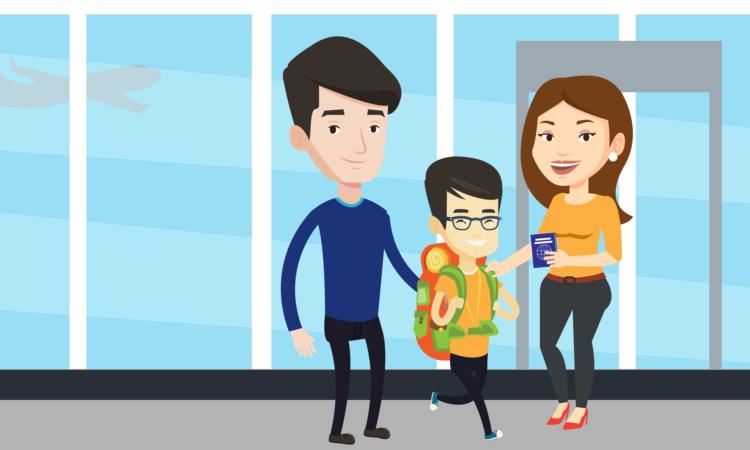 Un hombre, una mujer y un niño sonriendo. La mujer tiene un pasaporte en la mano.
