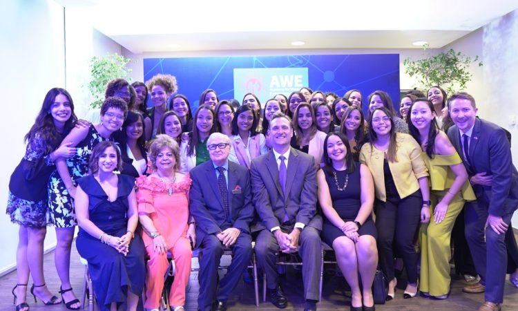 Un grupo de hombres y mujeres, sentados y de pie, sonríen.