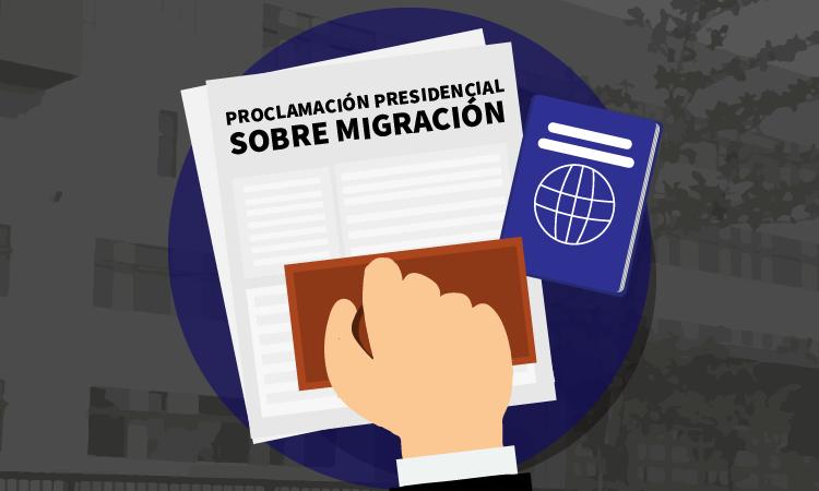 Un documento, con un pasaporte al lado, y una mano estampando un sello en el documento. En la parte superior, el documento dice: Proclamación presidencial sobre migración.