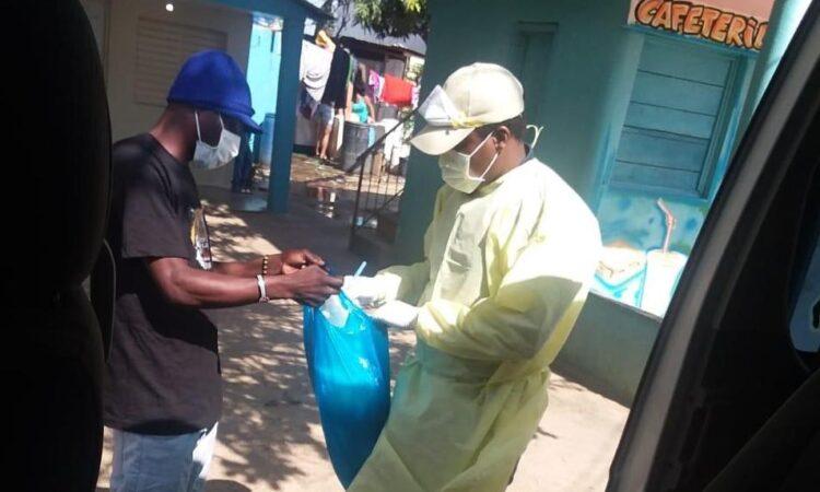 un proveedor de servicios sosteniendo bolsa con artículos de salud y entregándolos a un paciente
