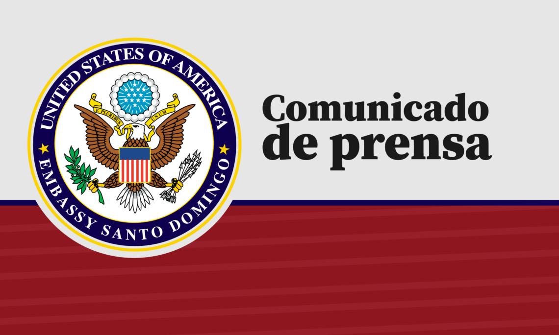"""El logo del departamento de Estado, en un fondo rojo y gris, con las palabras """"comunicado de prensa""""."""