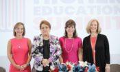 Cuatro mujeres sonriendo.