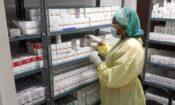 Especialista revisando medicamentos en almacen