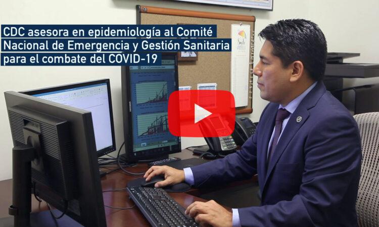 """Un hombre observando la pantalla de una computadora. El texto dice """"CDC asesora en epidemiología al Comité Nacional de Emergencia y Gestión Sanitaria para el combate del COVID-19"""