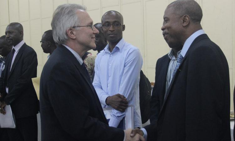 L'Ambassadeur McCulley saluant des anciens boursiers ivoiriens