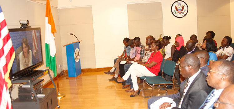 American journalist Elizabeth Bryant discussing with Abidjan participants during the DVC