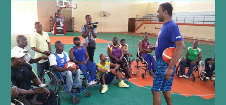 Le basketteur américain, Tommy Davis enseigne aux jeunes et aux personnes handicapées le leadership à travers le sport