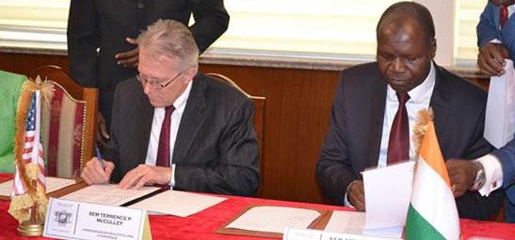 L'Ambassadeur des Etats-Unis, S.E.M. Terence McCulley et le Ministre des Affaires Etrangères, Dr. Abdallah Albert Toikeusse Mabri, signant un amendement de deux accords de Subvention de Projets à Portée Limitée