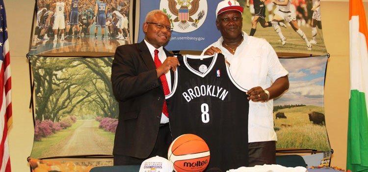 Le Conseiller de Presse et des Culturelle Monsieur Russell Brooks remettant une partie des équipements au président de la Fédération Ivoirienne de Basket Ball (FIBB)
