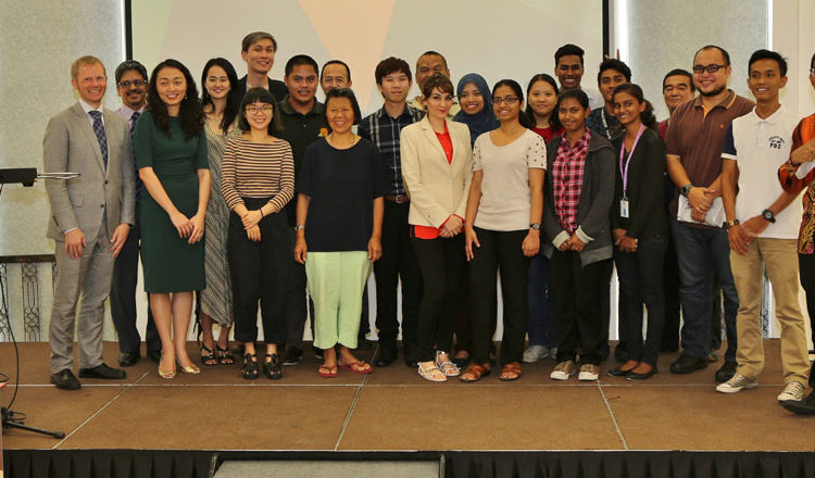 A group shot with the audience and OneBeat alumni, Neil and Guan at the end of the session. (U.S. Embassy photo)