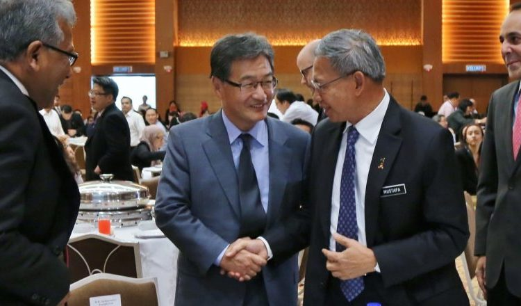 Ambassador Joseph Yun (second from left) shakes hands with Dato' Sri Mustapa Mohamed, Malaysia's Minister of International Trade and Industry. (U.S. Embassy photo)