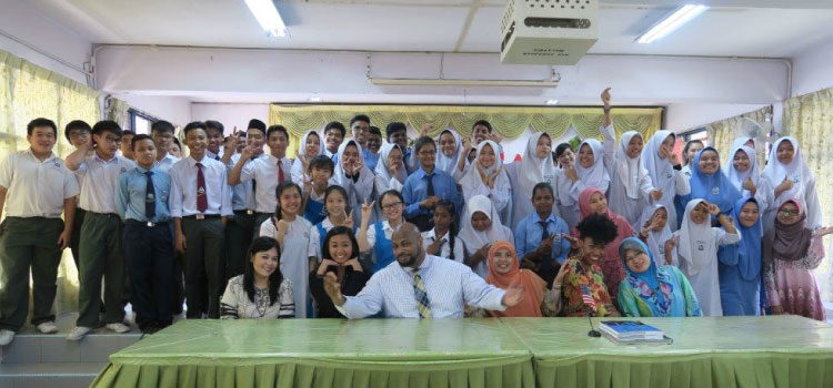 Happy faces of SMK Mentakab students with the Embassy team (U.S. Embassy photo)