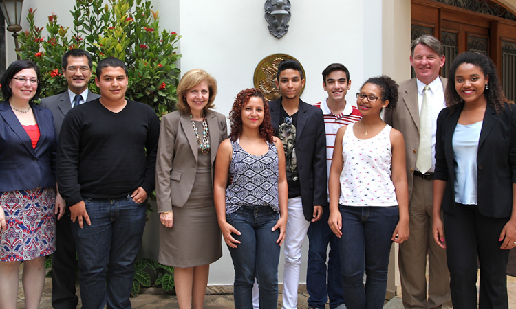 Amb Ayalde and CG Hankins meet 2015 Youth Ambassadors. (Photo: US Consulate General São Paulo)