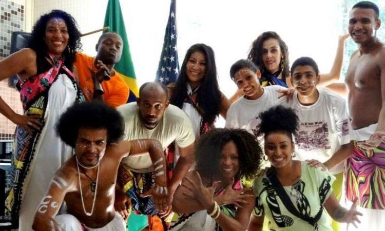 Grupo de dança Cia Tribo e capoeiristas do Grupo Ilha dos Palmares