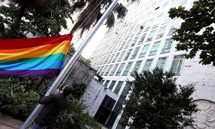 Foto hasteamento da bandeira lgbti+ no Consulado Geral dos EUA-RJ (Fábio Mota/Estadão)