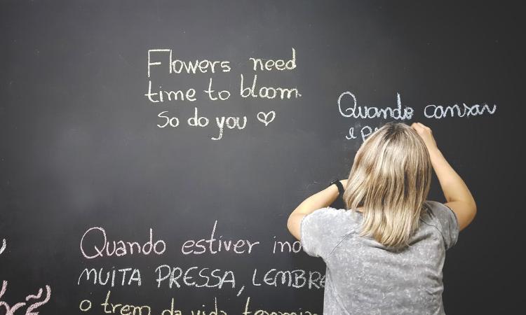 estudante escrevendo no quadro negro
