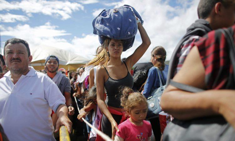 Migrantes da Venezuela entram no Brasil (Foto: AP Images)