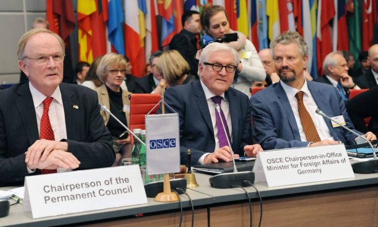Действующий председатель ОБСЕ, министр иностранных дел Германии Франк-Вальтер Штайнмайер (в середине) на первом заседании Постоянного совета 14 января 2016 года (фото: ОБСЕ)