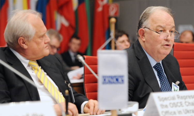 Chief Monitor of the OSCE Special Monitoring Mission to Ukraine Ertugrul Apakan (r) speaking alongside Special Representative of the OSCE Chairperson-in-Office in Ukraine Martin Sajdik, Vienna, 28 January 2016. (OSCE/Micky Kroell)
