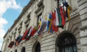Флаги государств-участников ОБСЕ висячие перед конгресс-центром Хофбург в Вене, Австрия (USOSCE/Colin Peters)