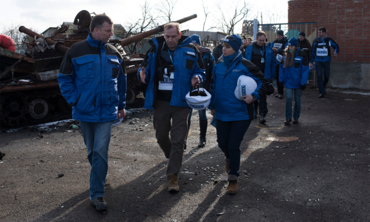 Monitors from the OSCE Special Monitoring Mission to Ukraine conducting a foot patrol in Kominternove, 15 January 2016. (OSCE/Evgeniy Maloletka)