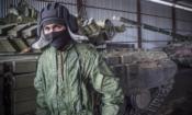 Поддерживаемый Россией сепаратист проходит мимо танков возле Новоазовске, на востоке Украины, 21 октября 2015 года. (AP Photo/Max Black)