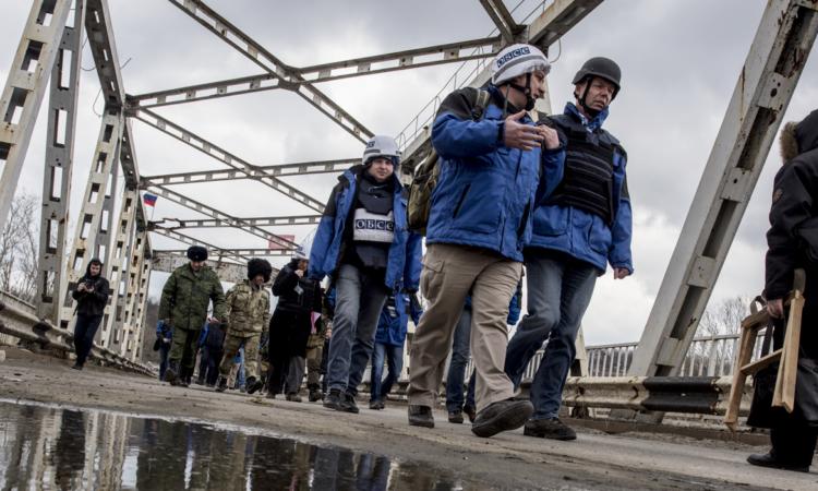 OSCE SMM observers in Stanytsia Luhanska, Luhansk region, 18 March 2016. (OSCE/Evgeniy Maloletka)