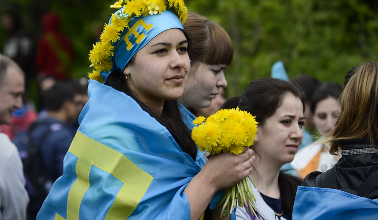Молодые люди с флагами крымских татар взобраться на горы Чатыр-Даг в честь 71-й годовщины массовой депортации советского диктатора Сталина крымских татар, 16 мая 2015. (AP Images) (AP)