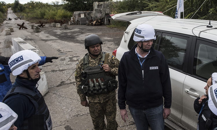 OSCE SMM patrolling in eastern Ukraine near Zolote/Pervomaisk area in September 2016 (OSCE/Evgeniy Maloletka)