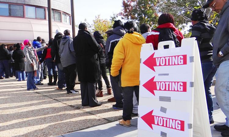 Люди выстраиваются в очередь, чтобы проголосовать на избирательном участке в отделении полиции в Анакостии, районе Вашингтона (округ Колумбия), 6 ноября 2012 года. (OSCE/Thomas Rymer)