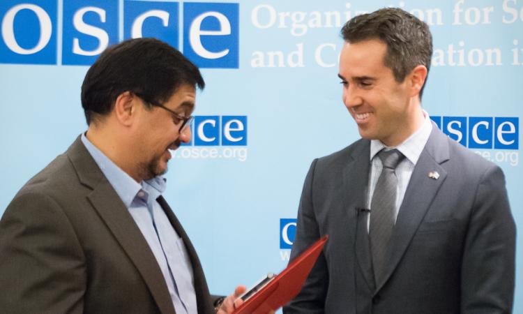 RFE/RL Turkmen Service Director Farruh Yusupov, interviewing U.S. Ambassador to the OSCE Daniel Baer (USOSCE/Vanja Ban)