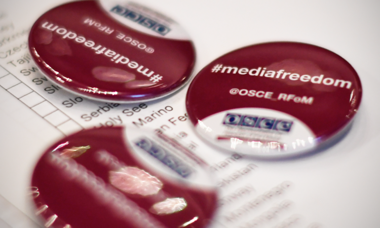 Media freedom badges distributed by the OSCE Representative on Freedom of the Media before a session of the OSCE Permanent Council, Dec. 1, 2016. (USOSCE/Colin Peters)