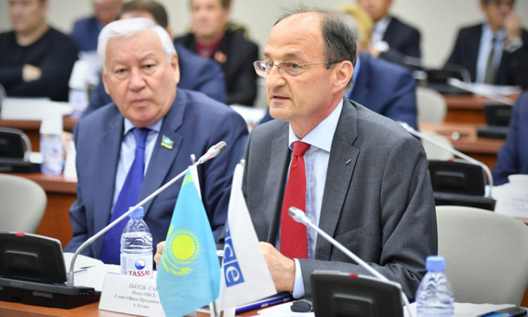 Head of the OSCE Program Office in Astana, Ambassador György Szabó, speaks at a meeting on water governance at Kazakhstan's parliament, 2017. (Photo: Parliament of Kazakhstan)
