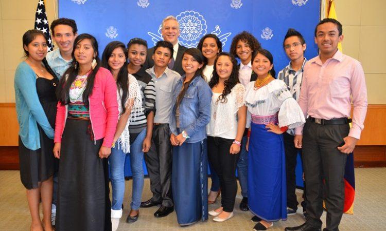 Los 13 Jóvenes Embajadores que regresaron al país aparecen con el Ministro Consejero Douglas Koneff