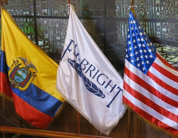 Banderas del Ecuador, de la Comisión Fulbright y de los Estados Unidos