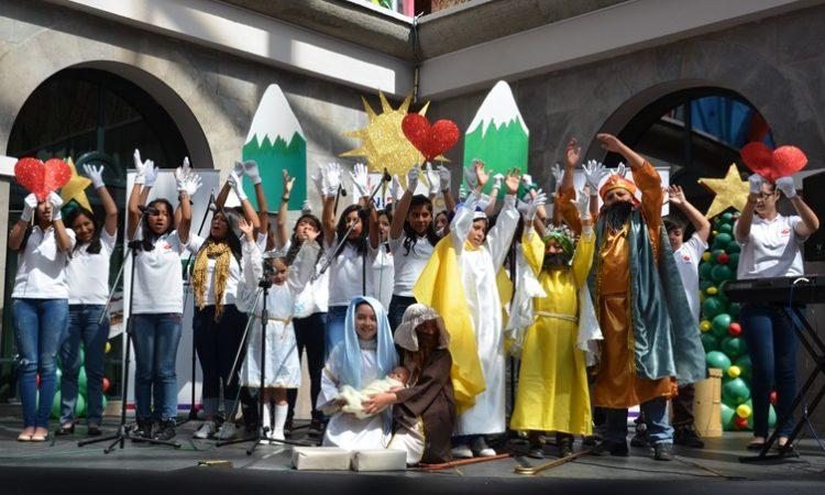 Niños y jóvenes participantes en el Festival de Coros de Navidad 2015 en el escenario del Centro Cultural Metropolitano de Quito