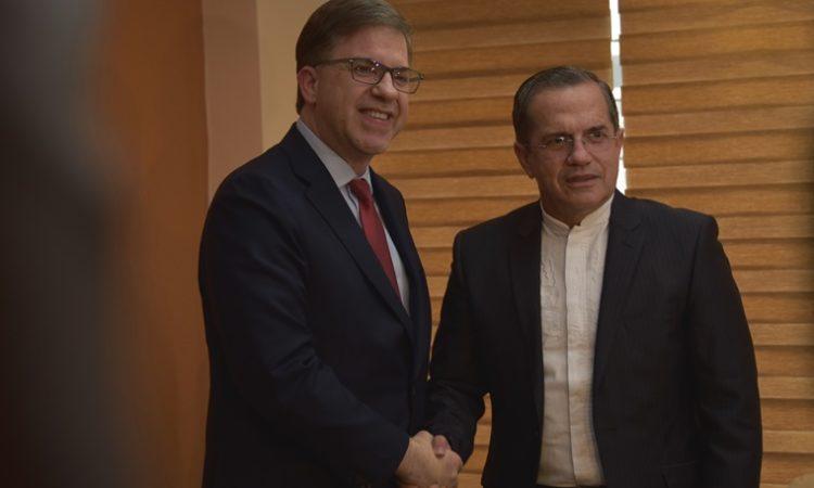 El Embajador Todd Chapman y el Ministro de Relaciones Exteriores y Movilidad Humana del Ecuador, Ricardo Patiño estrechándose la mano