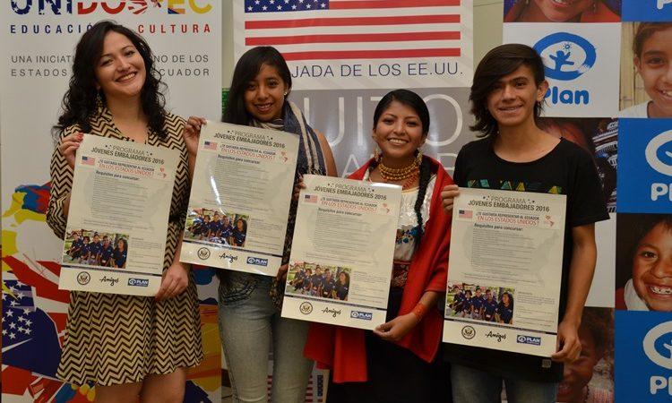 Jóvenes Embajadores de años anteriores durante el lanzamiento del programa para el 2016