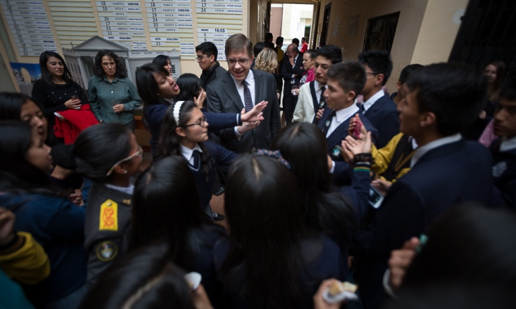 """El Embajador Chapman dialoga con estudiantes secundarios de Cuenca que acudieron a la inauguración de la renovada Biblioteca del Centro """"Abraham Lincoln"""" de Cuenca"""