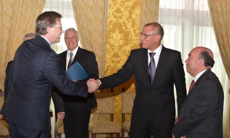 El Embajador Todd Chapman y el Vicepresidente Jore Glas se estrechan la mano