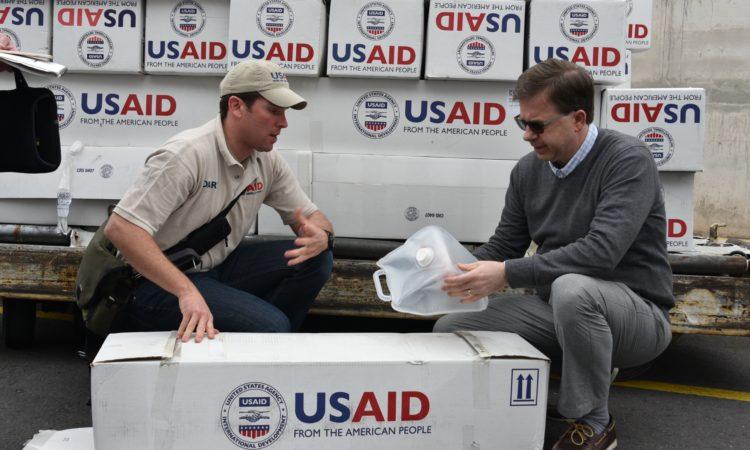 El Embajador Chapman y un funcionario de USAID revisan las provisiones de emergencia que llegaron al Ecuador