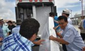 El Embajador Chapman observa la descarga de donaciones de emergencia para la zona del terremoto