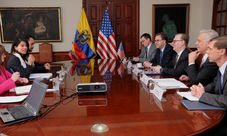 El Subsecretario Adjunto para Asuntos del Hemisferio Occidental, Michael J. Fitzpatrick, durante una reunión con autoridades ecuatorianas