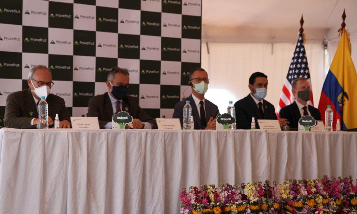 Ceremonia de las delegaciones estadounidenses y ecuatorianas para celebrar la relación económica y comercial bilateral de ambos países.