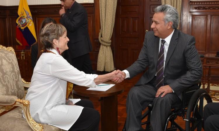 La Directora Mundial del Cuerpo de Paz Jody Olsen estrecha la mano del Presidente ecuatoriano Lenin Moreno