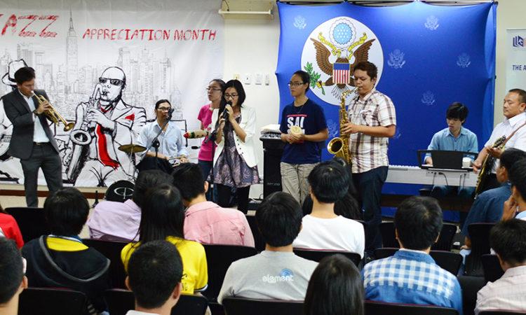 Các bạn trẻ thưởng thức các tiết mục biểu diễn trong chương trình
