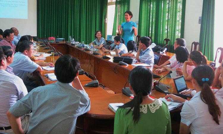 Chuyên gia tiếng Anh thực hiện hội thảo tập huấn giáo viên tại trường đại học Tây Nguyên