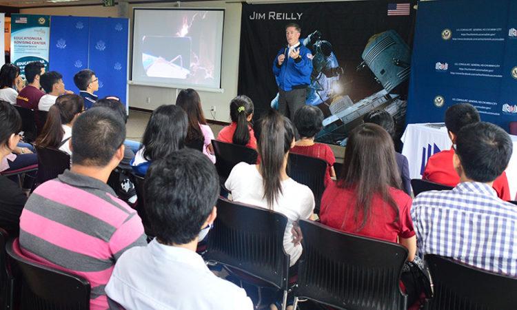 Ông Reilly chia sẻ những trải nghiệm trên không gian với các bạn sinh viên