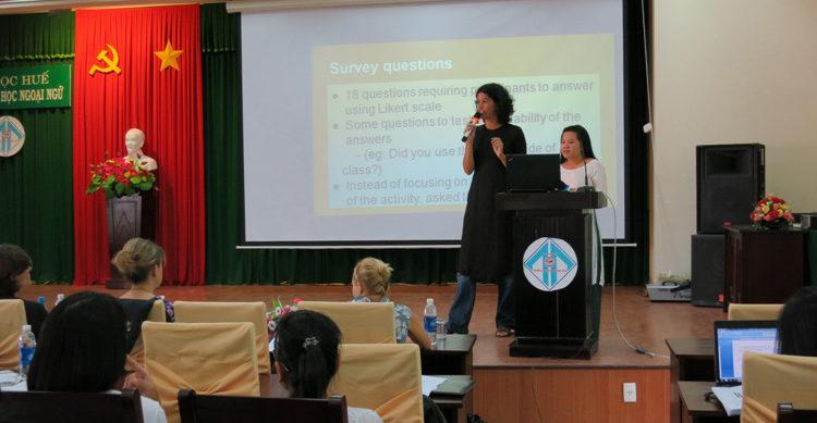 Giảng viên trường ĐH Ngoại ngữ Đà Nẵng và chuyên gia tiếng Anh trao đổi kết quả nghiên cứu ứng dụng với các đại biểu.